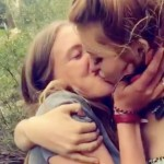 Bella-Thorne-kissing-a-woman