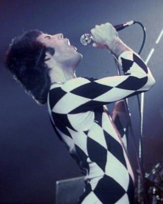FreddieMercurySinging1977